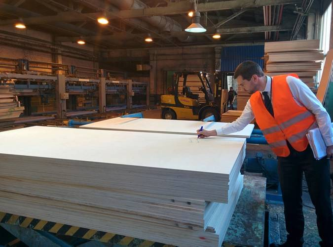 GTT's auditor signs of plywood samples for qualification tests. (Photo: Sveza)