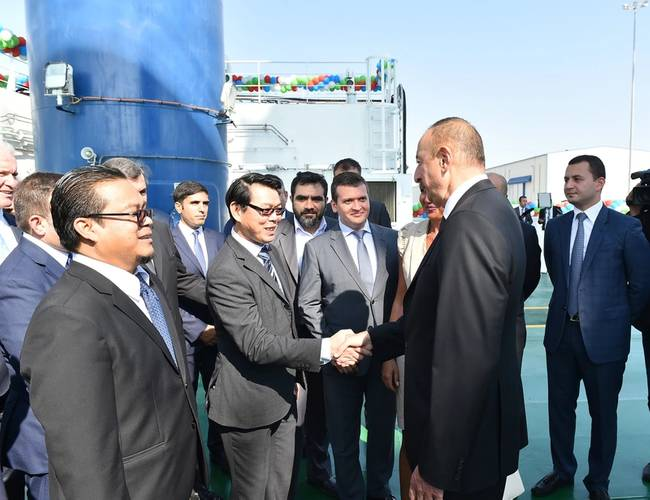 H.E. Ilham Aliyev (right), President of Azerbaijan, congratulating Lam Khee Chong (left), General Manager, Baku Shipyard, on the completion of the Khankendi (Photo: Keppel)
