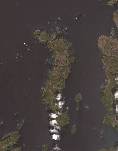 Icebergs north of Change Islands/Fogo, NL, in a Landsat 8 (optical satellite) image. (Original satellite image: ESA; processed by C-CORE)