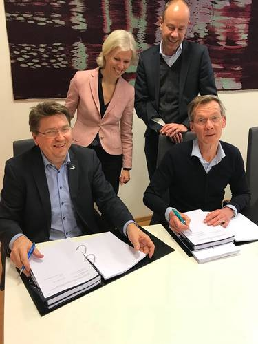 Kristian Sætre (Ulstein Verft) and Rob Boer (Acta Marine) signing new SOV contract, CEO Gunvor Ulstein (Ulstein) and managing director Govert Jan Van Oord (Acta Marine) witnessing the signing (Photo: Ulstein Group)