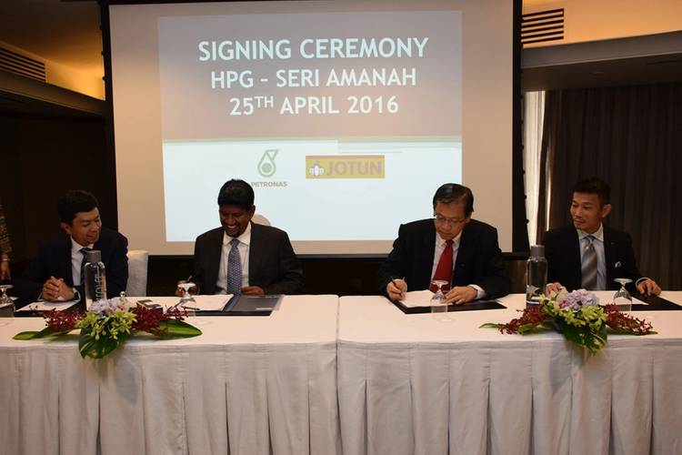 Hull Performance Guarantee Signing Ceremony - from left to right: Ahmad Adly Alias, VP LNG Marketing & Trading; Hanafi Jamal, GM Fleet management; Vincent Tan, GM Jotun Paints (Malaysia) Sdn Bhd; George Lim, Regional Marine Director SEAP. (Photo: Jotun)