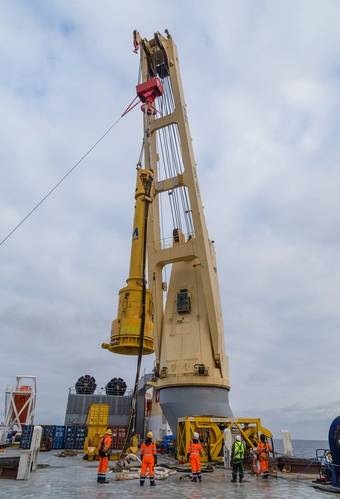Lifting the piling hammer (Photo: SAL Heavy Lift)