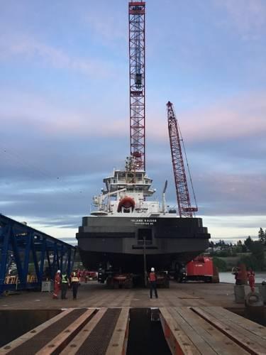 Loading tugboat onto SPMT (Photo: Mammoet)