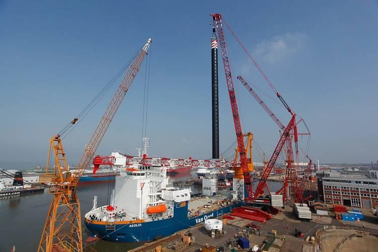 Mammoet's LR 13000 installs platform leg on Aeolus (Photo: Mammoet)