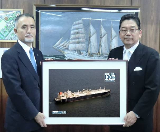 MOL Managing Executive Officer Takaaki Inoue (left), and Head of the Faculty of Maritime Sciences of Kobe University (Photo: MOL)