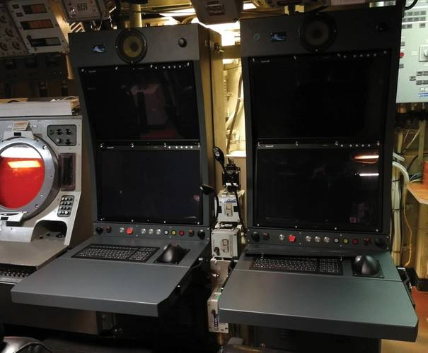 Old analog sonar on the left versus new console. Photo: RTsys/French Navy