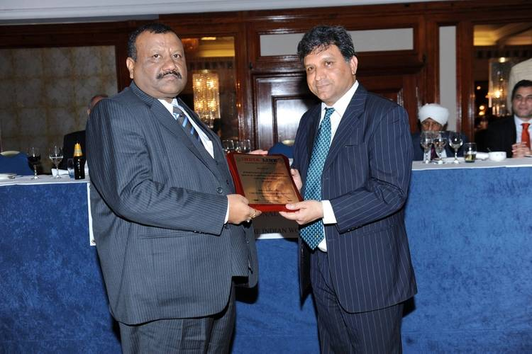 Pentagon Marine Services Capt. Nalin Pandey receives award from Indian Deputy High Commissioner to U.K. Dr. Virander Paul (Photo: Pentagon Marine Services)
