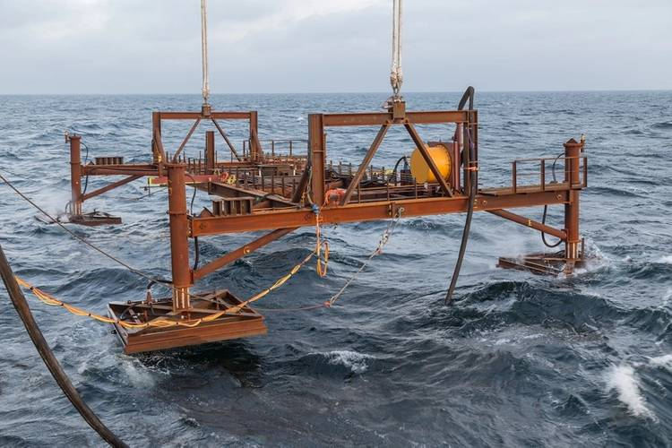 Reference frame entering the water (Photo: SAL Heavy Lift)