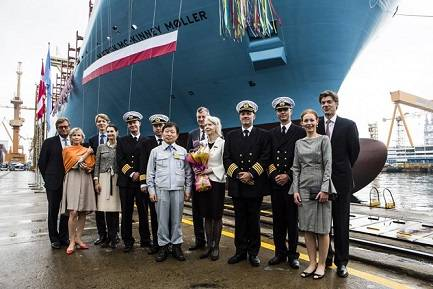 Special guests posing with Ane Mærsk Mc-Kinney Uggla and Jae-ho Ko, President and CEO of DSME (Photo: Maersk)