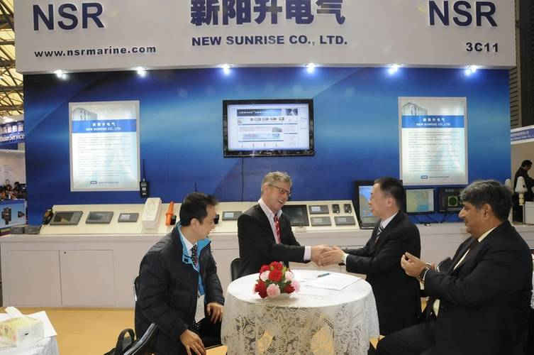 Steinar Gundersen, Deputy CEO (Corporate) MARIS shakes hands on the agreement with NSR Managing Director Xu Jian De. (Photo: MARIS)