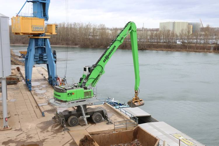 Thanks to the 870, ships arriving in Germersheim laden with up to 2,000 tons of gravel can be completely emptied in just two hours. Image Credit: Sennebogen