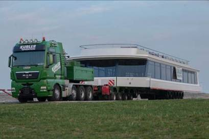 The 26 x 8.10 x 3.50 m upper deck on a SCHEUERLE InterCombi on its way from Magdeburg to Markkleeberg