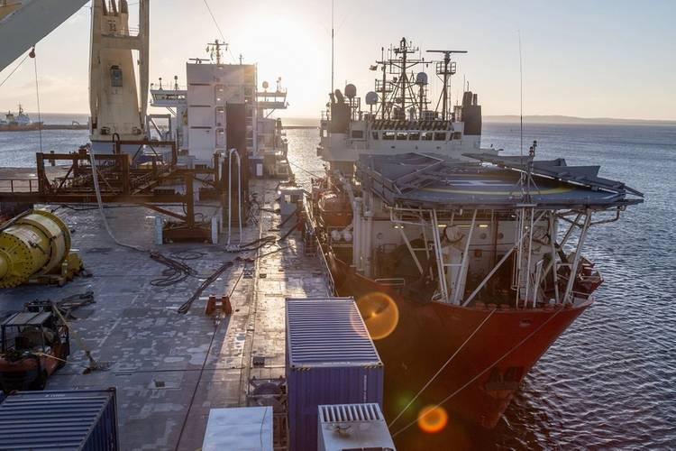 The DSV taking a rest alongside Lone (Photo: SAL Heavy Lift)