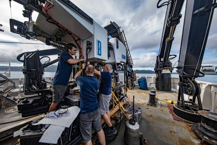 The GFOE team prepares Deep Discoverer for a dive. (Photo: Art Howard/GFOE)