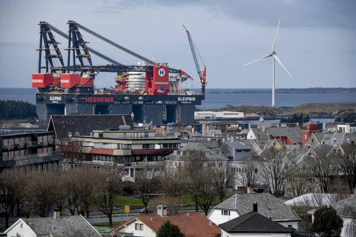 The giant vessel made the city of Haugesund look small. Photo: Øyvind Sætre/Aibel.