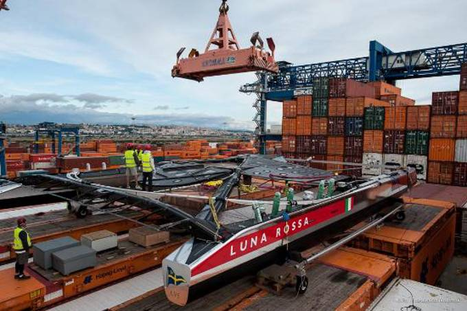 The Luna Rossa is prepared for the transport from California back to Italy (Photo: Hapag-Llod)
