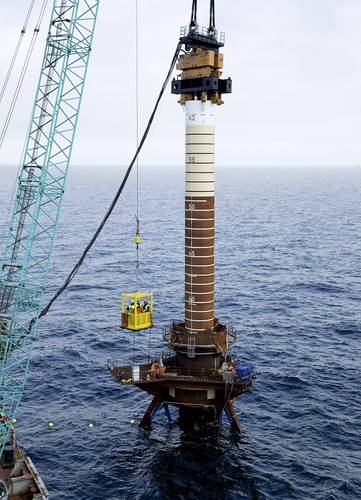 The steel piles are anchored in the seabed at the installation location, 20 kilometers northwest of Helgoland. Up to 100 meters long, they are as tall as the famous London landmark Big Ben and provide secure anchoring for the platform.
