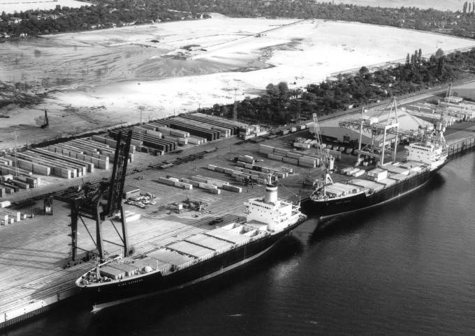 The Weser Express and the Elbe Express are the containerships of the first generation at the Burchardkai in Hamburg. (Photo: Hapag-Lloyd)