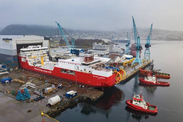 Tugs waiting, the CLV vessel Nexans Aurora getting launched. (Fotograf Hagen)