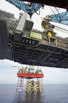 Two hours after the Valemon topsides weres lifted off the transport vessel, the structure landed on its feet. (Photo: André Osmundsen/Statoil)